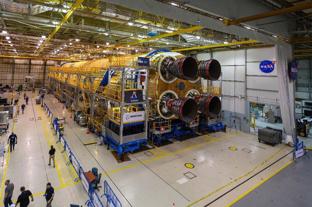 бак от ракеты СЛС с двигателями