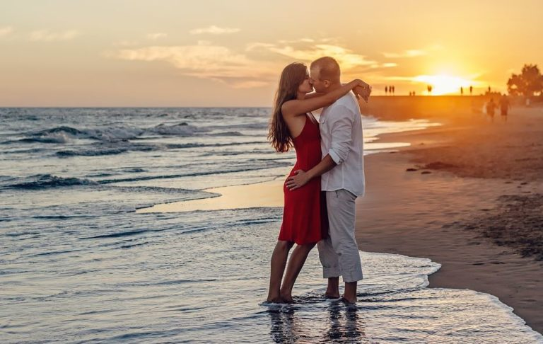 Исследование показывает связь между неравенством в доходах и французским поцелуем
