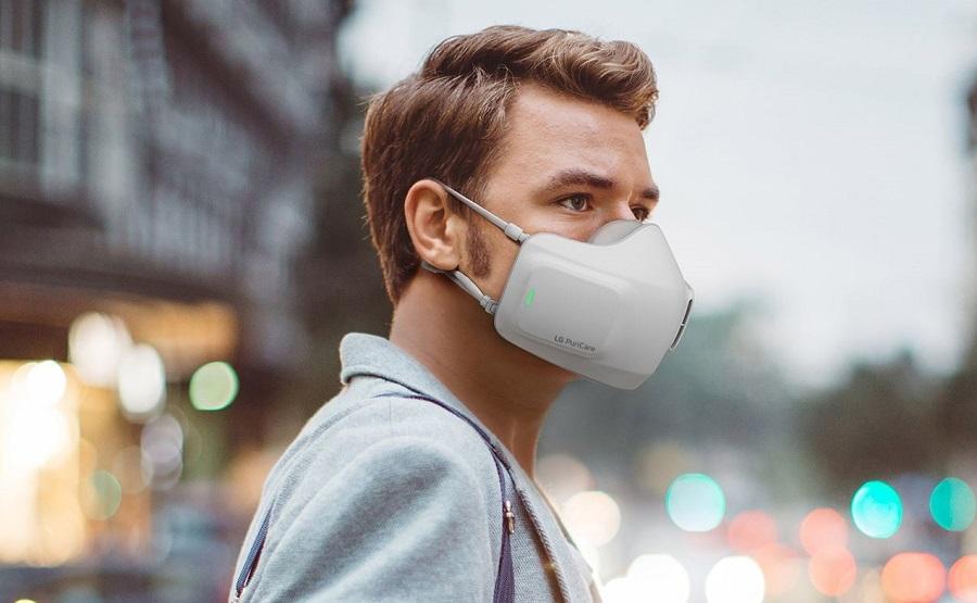 Пользователь вдыхает и выдыхает через пару сменных HEPA-фильтров с вентиляторами