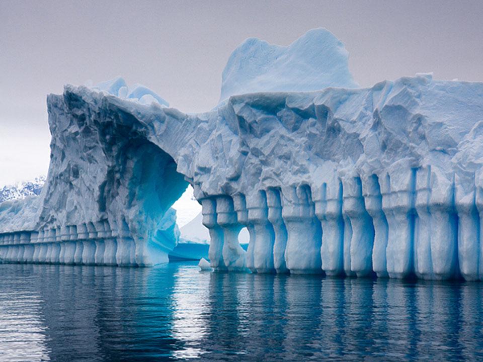 C:\Users\1\Desktop\Волны источили лед берег Антарктиды. iceberg-antarctica-pleneau_bay.jpg