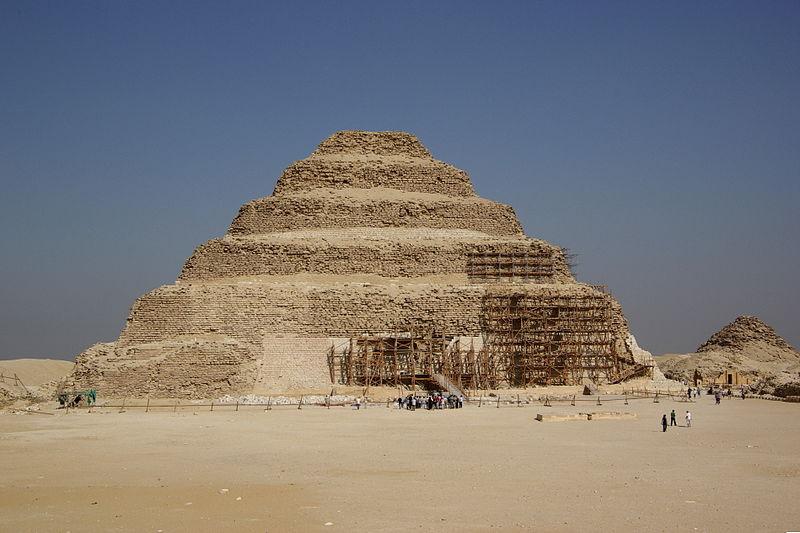 Ступенчатая пирамида Джосера в Сахаре 2600 г