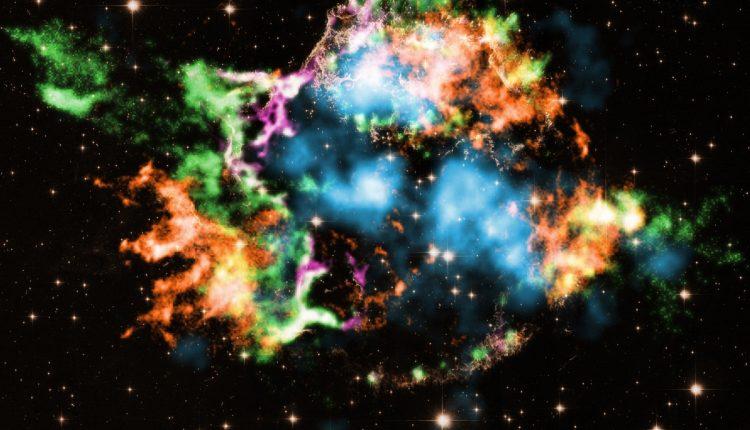 Кассиопея A (Cas A), которая расположена примерно в 11 000 световых лет от Земли, является наиболее изученным остатком близлежащей сверхновой
