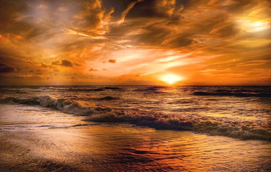 Когда воздух чистый, закат становится желтым, потому что солнечный свет прошел через воздух на большое расстояние, а часть синего света рассеялась