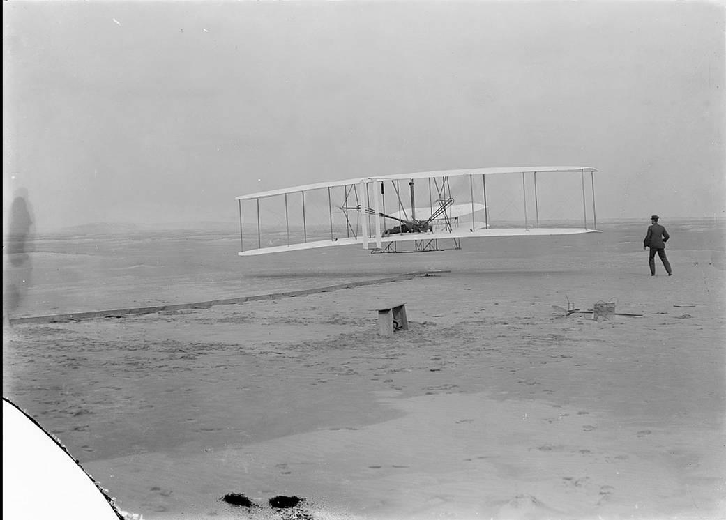 Орвилл Райт совершает первый управляемый полет на Земле, 17 декабря 1903 года.