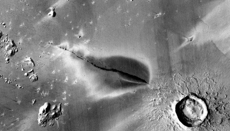 Вулкан на Марсе, обнаруженный в регионе под названием Elysium Planitia, представляет собой темное образование шириной 12,9 км