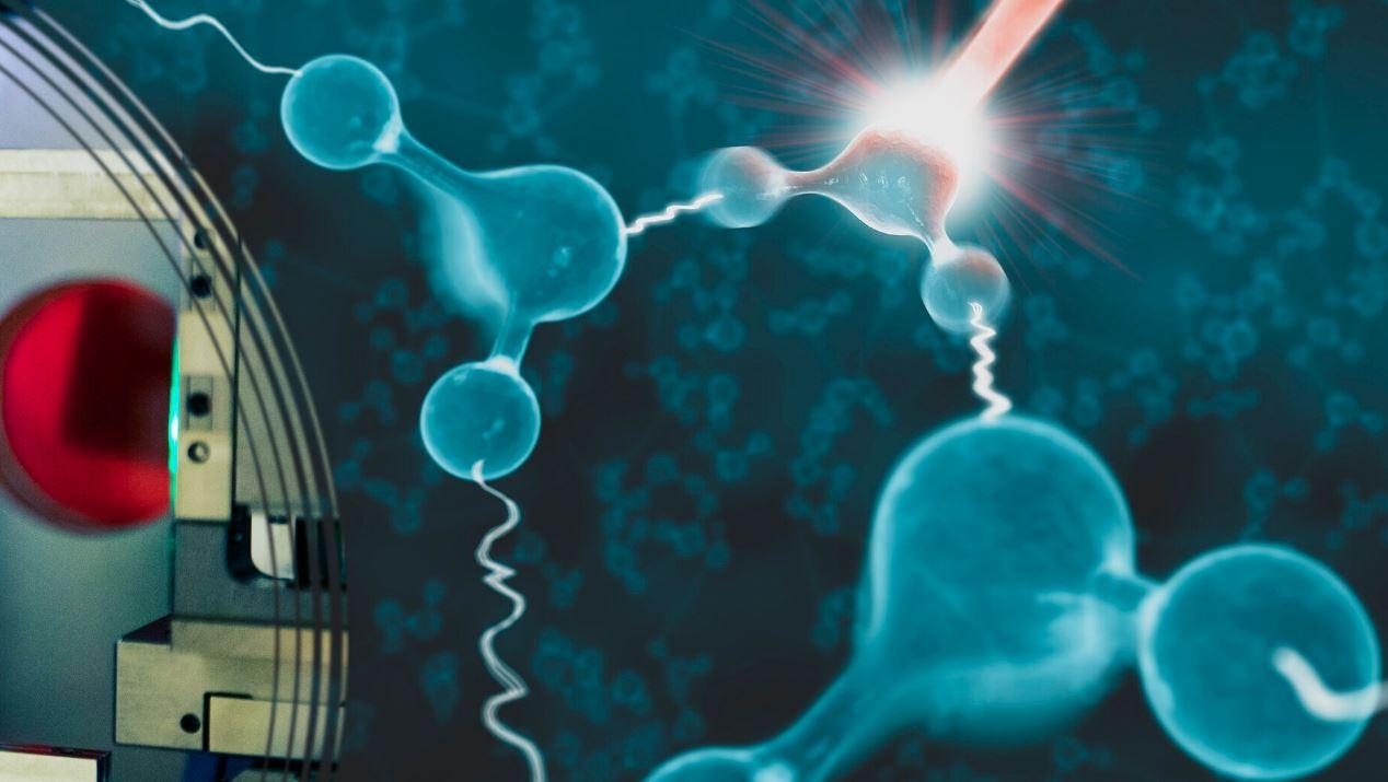 движение атомов в жидких молекулах воды