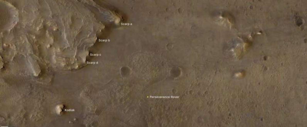 расположение марсохода Perseverance (внизу справа), а также холма Kodiak (внизу слева)
