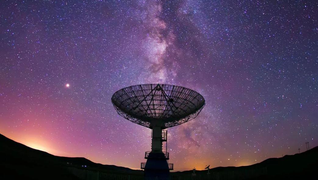 Странный радиосигнал исходит со стороны центра Галактики